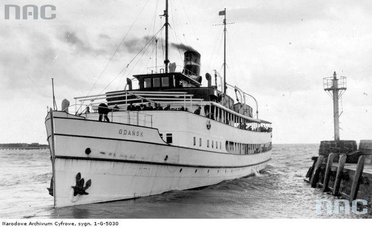 """Statek """"Gdańsk"""" podczas rejsu."""