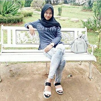 Repost from @apriliany4 . __________ #wanitaberhijab #hijabcommunity #instahijab #hijabhits #selfiehijab #berhijab #hijabstyle #cewekmanis #hijabdaily #hijabmodis #hijabersindonesia #hijabstreet #hijaberkece #hijabkekinian #hijaberscantik #hijabermodern #cewek #endors #wanitaindonesia #cewekindo #indohijabers #jilbabindo #hijabers #jilboobsaddict #hijabergaul #hijabermanis #ootdhijabmurah