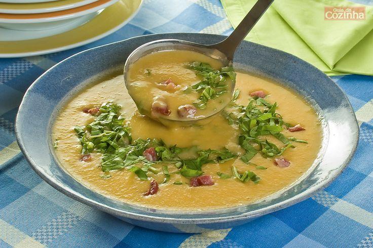 Aprenda como fazer esta receita diferente de Sopa de feijão-branco com rúcula e bacon! É um prato muito fácil e delicioso!