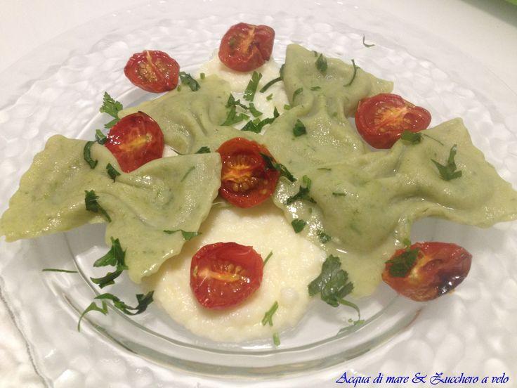 Fiocchetti verdi, con ripieno di carciofi su salsa al baccalà