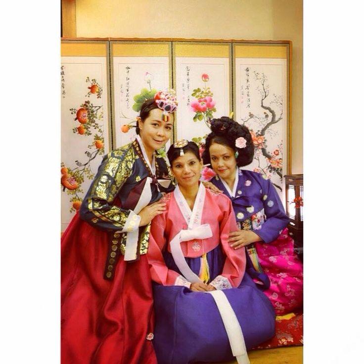 Bergaya dengan pakaian traditional Korea Hanbok