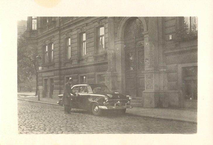 https://flic.kr/p/BD7NLX | Old Cars (podzim 1955 Praha-Smíchov)