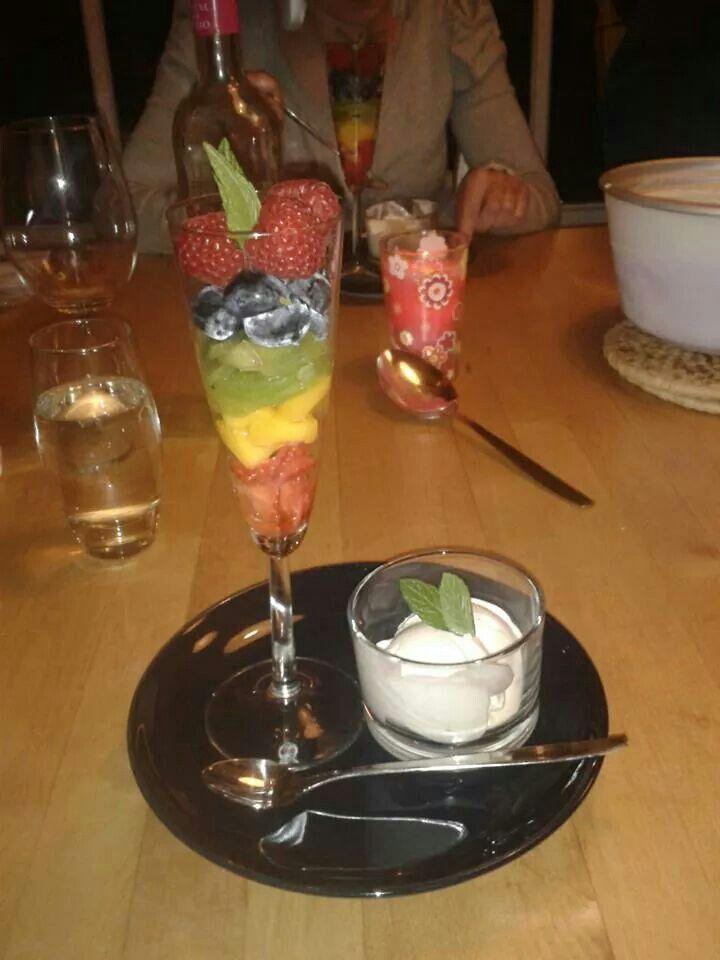 Regenboogfruit met eigengemaakt yoghurtijs