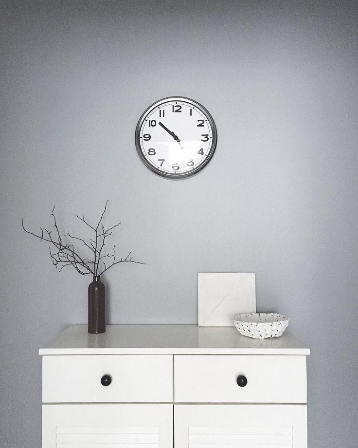 Серые стены в прихожей комнате. Grey wall. Minimalism. Scandinavian design. Часы на стене.  #greywall#minimal#clock