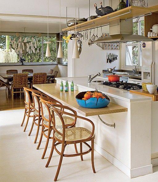 Cooktop, pia, bancada de refeições. A ilha central da cozinha do casal de arquitetos André Hauser e Aline Biaggi é o ambiente ideal para o almoço com toda a família. Se chegar mais gente, a sala de jantar fica ao lado