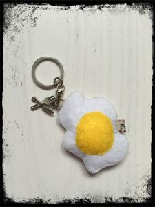 filcowy breloczek w kształcie sadzonego jaja / felt egg keychain