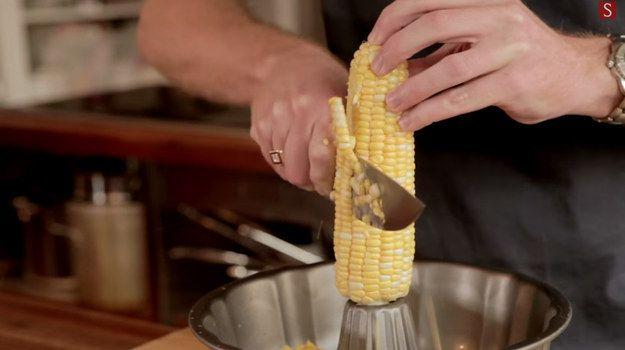 Si vous avez besoin que le maïs soit détaché de l'épi, voici une façon facile de le faire, sans commettre un désastre dans votre cuisine. | 21 astuces pour la cuisine qui vont vous simplifier la vie