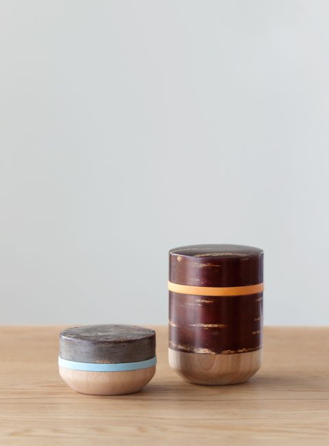 The HANAGASUMI series is elegan tableware using cherry barks featuring Japanesetraditional colors.As a mixture of ancient Japanese crafts such as the Kabazaiku of Kakunodate in Akita prefecture, bent woodware of Odate in the same Akita prefecture, and wood-wheel curving of Yamanaka in Ishikawa prefecture, this will become an example of a new kind of traditional artwork.
