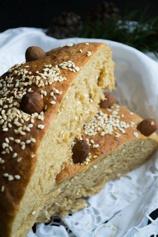 Τελικά το ίδιο το ψωμί είναι σύμβολο γιατί για την ελληνική παράδοση, το ψωμί είναι το Α και το Ω, αν το σπίτι είχε ψωμί ήταν «πλούσιο» και καλότυχο!
