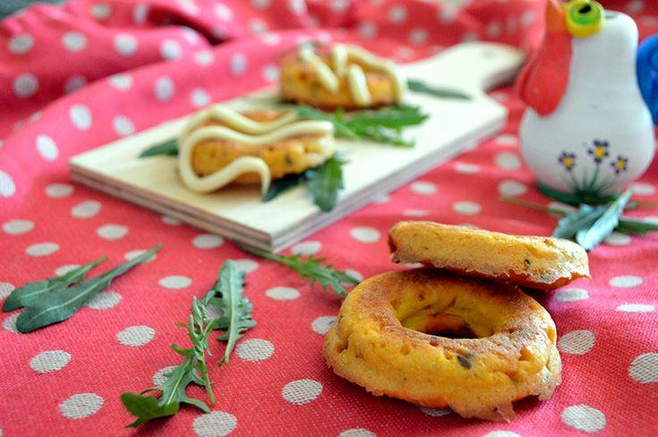 Ciambelle salate con carote e semi misti - Se siete alla ricerca di qualcosa di diverso dal solito pane o muffin, le ciambelle salate sono ciò che fa per voi. Semplicissime da preparare e tanto saporite, sono ideali per i pic nic e …