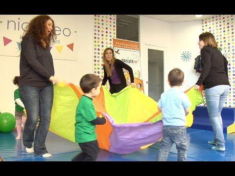 Juego de estimulación psicomotriz para los niños con un paracaídas - YouTube