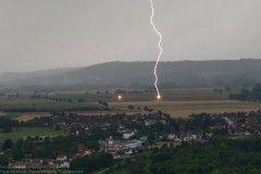 Impact de foudre proche de Château-Chalon dans le Jura sur un pylône électrique provoquant un amorçage à deux points différents. - 09/07/2017 17:00 - Aurélie FERREUX