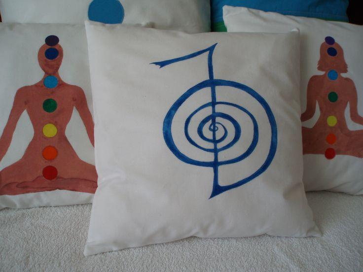 Almofadas pintadas à mão.
