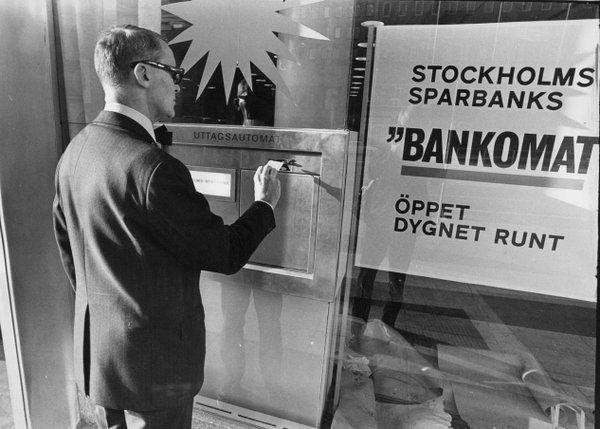 1969 öppnar Stockholms Sparbank den första bankomaten i Hötorgscity i Stockholm. Foto Peter Knopp
