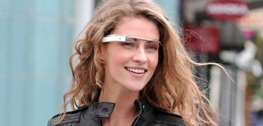 Project Glass: Google präsentiert Computerbrille -> Das Gerücht gab es schon länger, jetzt hat es Google bestätigt: Der Konzern arbeitet tatsächlich an einer Hightech-Brille, die dem Anwender Informationen ins Sichtfeld einblenden soll. Das Unternehmen hat ein Konzeptvideo veröffentlicht - einige wichtige Fragen bleiben aber ungeklärt.