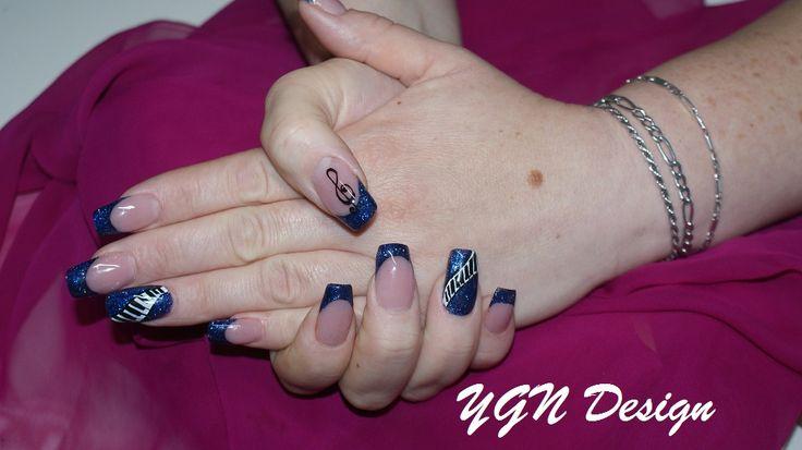 Donkerblauwe glitter met nailart (handpainting)