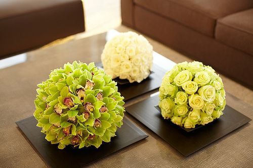 Create stunning orchid and rose centrepieces using OASIS® Ideal Floral Foam Spheres. Available at www.oasisfloral.com Residential | L'Olivier Floral Atelier | NYC