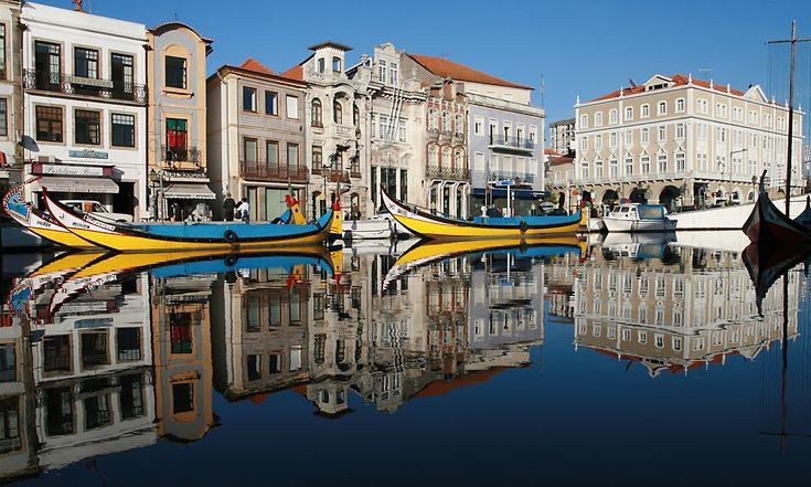 """Aveiro - A Veneza Portugesa Conhecida como a """"Veneza de Portugal"""" e durante algum tempo chamada de """"Nova Bragança"""", é uma cidade portuguesa, capital do Distrito de Aveiro, na Região Centro e pertencente à sub-região do Baixo Vouga,"""