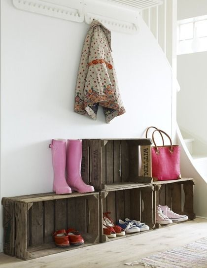 bonne idée à glisser le long de l'escalier...: Milk Crates, Mud Rooms, Wooden Boxes, Shoes Storage, Old Crates, Wooden Crates, Wood Crates, Storage Ideas, Shoes Racks