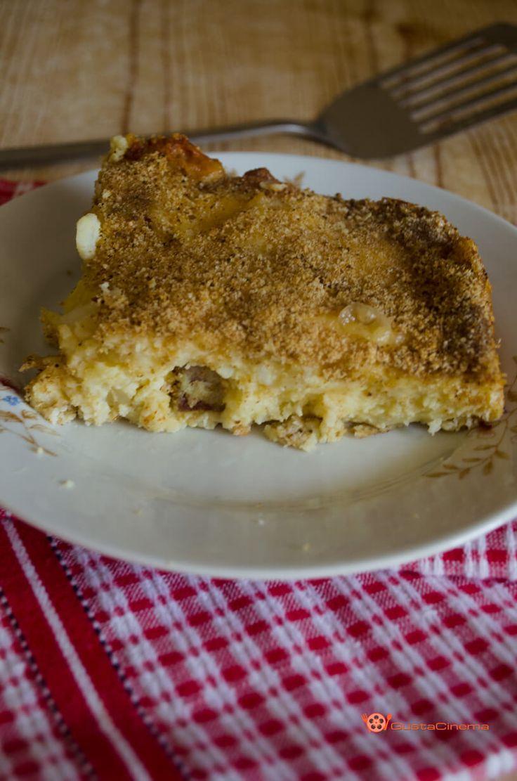 Gateau di patate con salame e scamorza è un piatto unico rustico, tipico della Campania. Un piatto molto gustoso e delicato preparato con patate lesse, uova, aromi, salumi e scamorza.