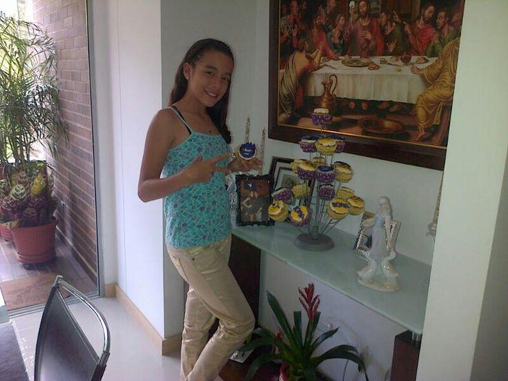 Sofi en su cumple con cup-cakes de minions. :)