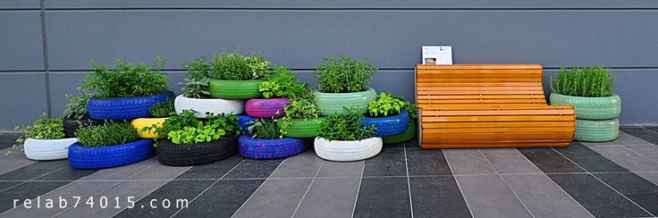 Fioriera realizzata con pneumatici e seduta ricavata da una tapparella in legna www.relab74015.com