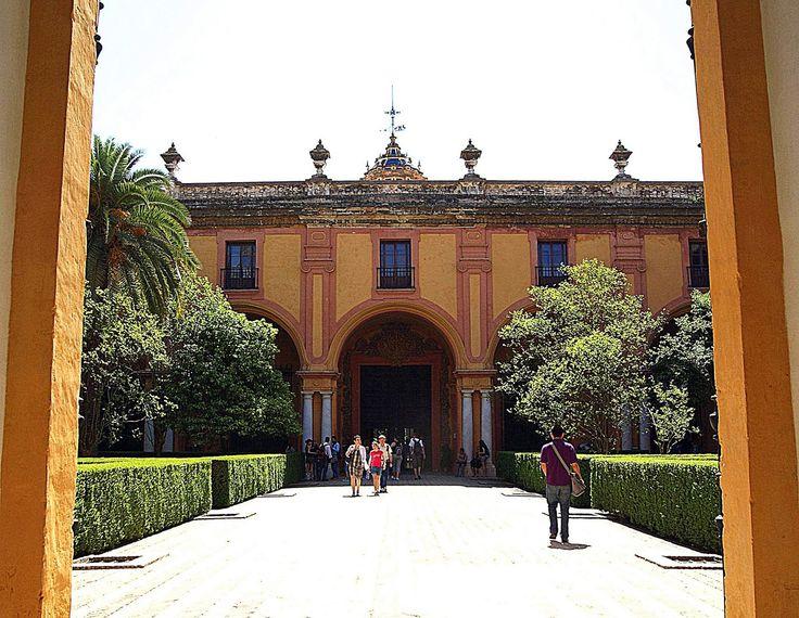 Palacio Mudéjar es anterior al Palacio Gótico (por aquello de que uno tiene estilo musulmán y el otro cristiano), lo cierto es que el Mudéjar fue mandado construir por Pedro I, tataranieto de Alfonso X, bajo cuyo reinado se levantó el Gótico.