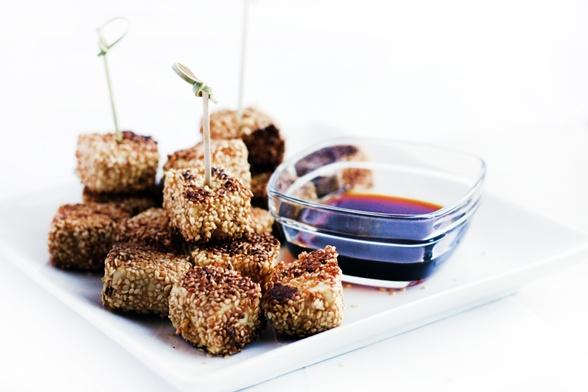 Petites bouchées de tofu au sésame, miel et gingembre