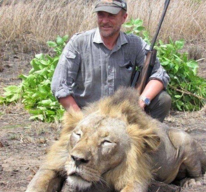 Si era fatto fotografare con il leone che aveva ucciso, cacciatore muore in un dirupo - http://www.sostenitori.info/si-fotografare-leone-ucciso-cacciatore-muore-un-dirupo/270690