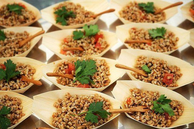 Questa insalata di orzo in abbinamento al tonno e ai pomodorini è un piatto unico molto adatto per il periodo estivo. Da mangiare freddo in casa o fuori casa o da preparare per una cena veloce tra amici.