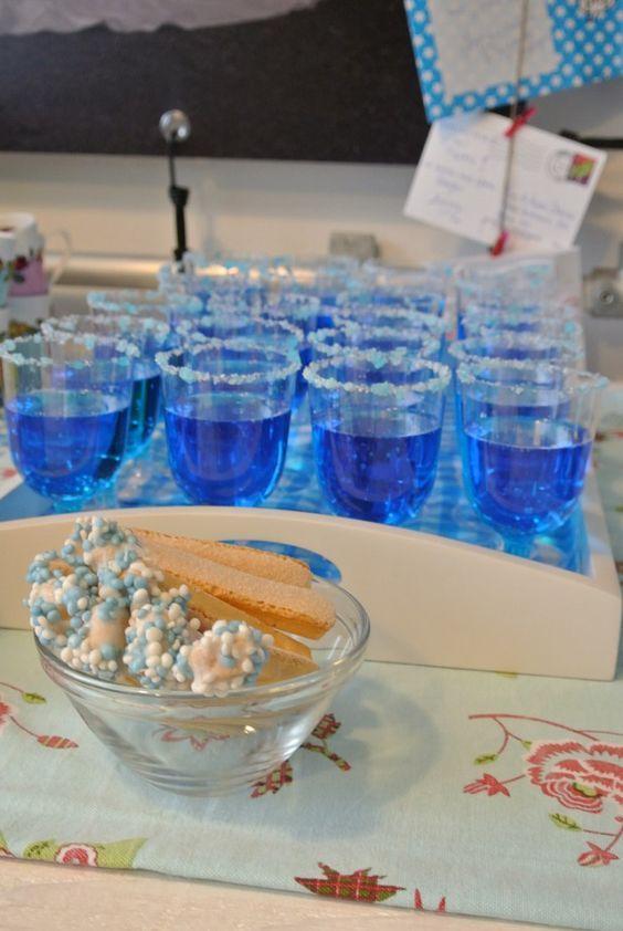 Blauwe drankjes voor een jongen-kraamfeest. Het blauwe drankje is Blue Curacao met 7-up. Leuk om er ook een blauw suikerrandje mee te maken!