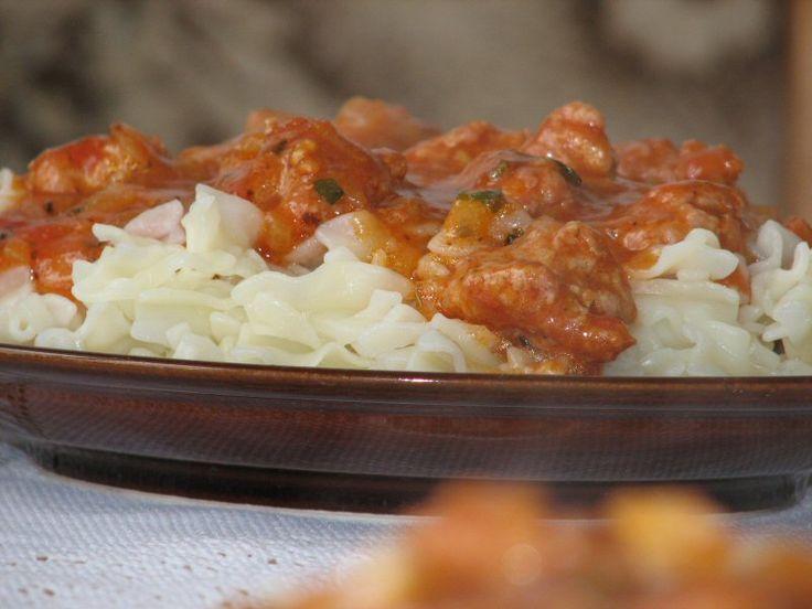 Proste i szybkie danie obiadowe na poniedziałek:  http://www.smaczny.pl/przepis,makaron_z_miesem_mielonym_w_sosie_pomidorowym  #przepisy #daniagówne #makaron #mielonemięso #pomidory #cebula #obiad #sospomidorowy