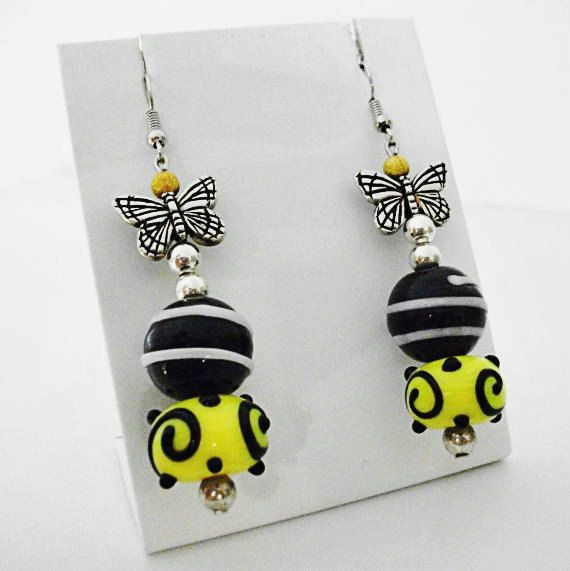 Orecchini con farfalla e perle in vetro lavorate di Arabesquebags