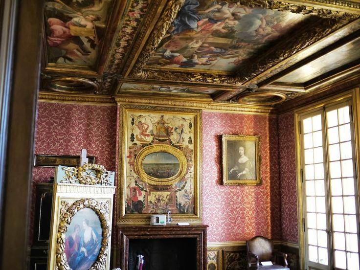 La chambre du cabinet de la Meilleraye à l'Arsenal.- 48) LE PALAIS DE L'ARSENAL: LE MARECHAL DE LA MEILLERAYE. En 1632, RICHELIEU fait nommer à la grande maîtrise, son cousin germain CHARLES DE LA PORTE, SIEUR DE LA MEILLERAYE, qui exprimera l'année suivante sa gratitude au cardinal en le logeant à l'Arsenal pour lui permettre d'attendre la fin des travaux du Palais-Cardinal. Dès 1634, La Meilleraye fait décorer de nouvelle façon l'appartement de Sully, notamment l'escalier de pierre qui…