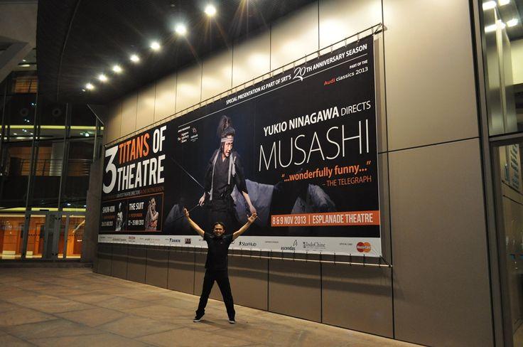 #8 [DAY3-PAGI] Kita nonton pertunjukkan teater Jepang paling fenomenal di Esplanade: MUSASHI. Abis nonton duel para samurai pasti lapar. Lanjut ke menyamusashi.com.sg the pioneer of a new ramen culture in Japan, they strive to bring new experiences to customers through their revolutionary ramen. Konon ramen Musashi ini juaranya Ramen Award di Japan sana. Jaminan mutu! Foto: Arya. Lokasi: Esplanade. #SGTravelBuddy