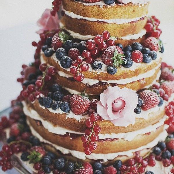 Naked cakes are trending but see why they are perfect for summer weddings!