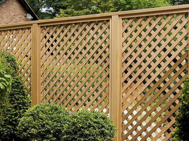 забор из готовых плетеных панелей