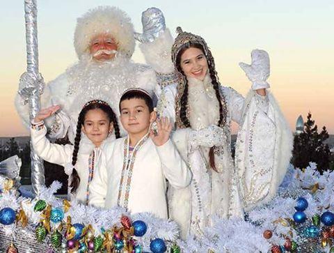 Ulu Tanrı, miladi yeni yılımızı kutlu kılsın. Aksakalların dediği gibi, yer anamız Umay korusun, evimiz-yurdumuz bereketli, ocağımız tüter olsun. Fotoğraf: Türkmenistan'da Yeni Yıl (Ayaz Ata ve çağalar)
