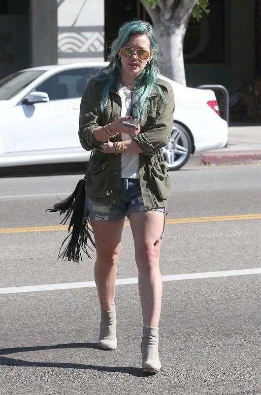 Hilary Duff im lässigen Sommerparka und Shorts unterwegs in Hollywood