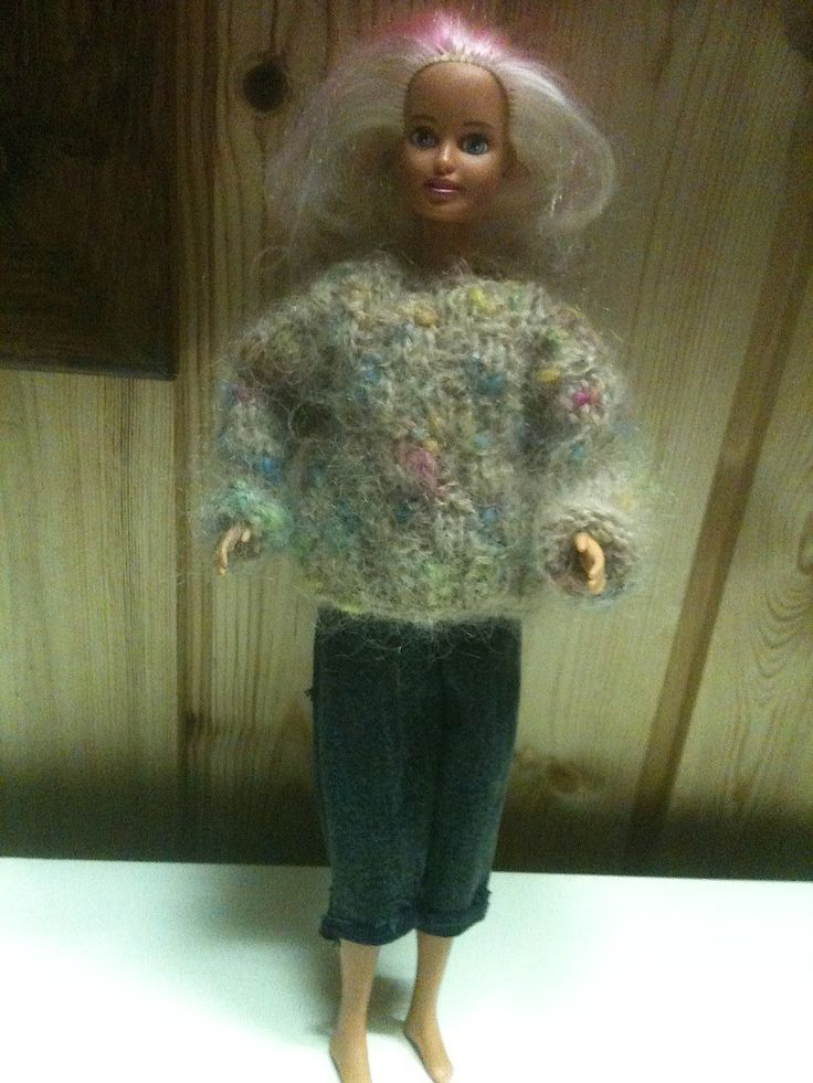 Gör dina egna Barbiekläder. Roligt och ett bra sätt att återbruka dina kläder och restgarner. http://haggalen.blogspot.se/2014/08/2-olika-barbie-trojor-med-samma-utgangs.html