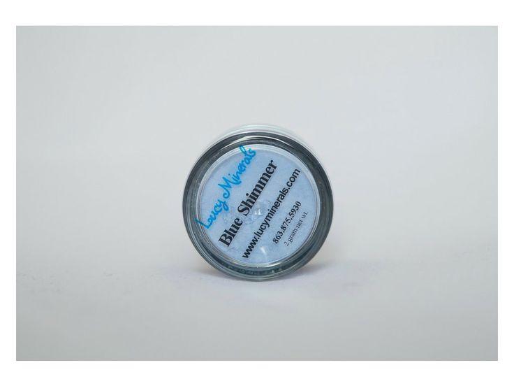 Blue Shimmer je středně modrý odstín s jemným shimmerem.   Požadavky na kvalitu a výdrž očních stínů jsou u většiny žen stejné. Ať už jste vrcholová sportovkyně, tajná agentka, máma na plný úvazek nebo