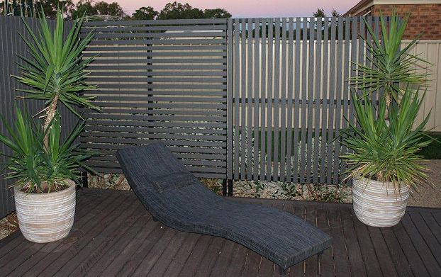 Privacy screen with vertical slats