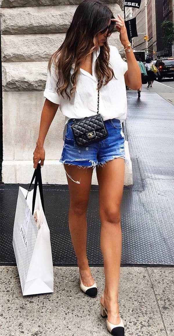 Street style look com regata branca e short jeans.