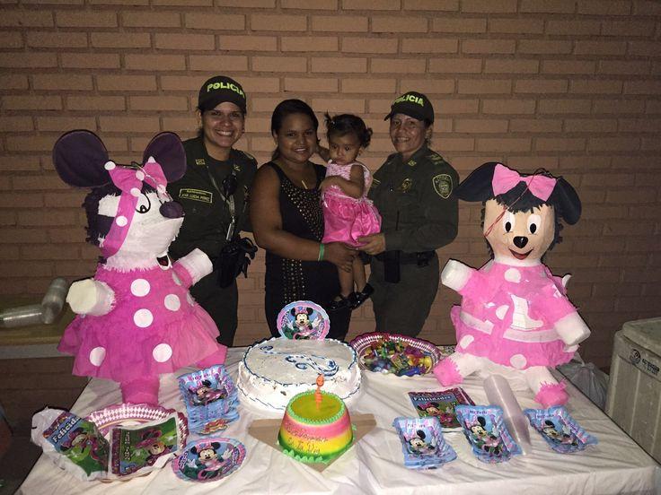 En medio de la adversidad, siempre hay una razón para sonreír. Esta mamá celebra el cumpleaños de su pequeña gracias al apoyo de nuestra Policía Nacional.