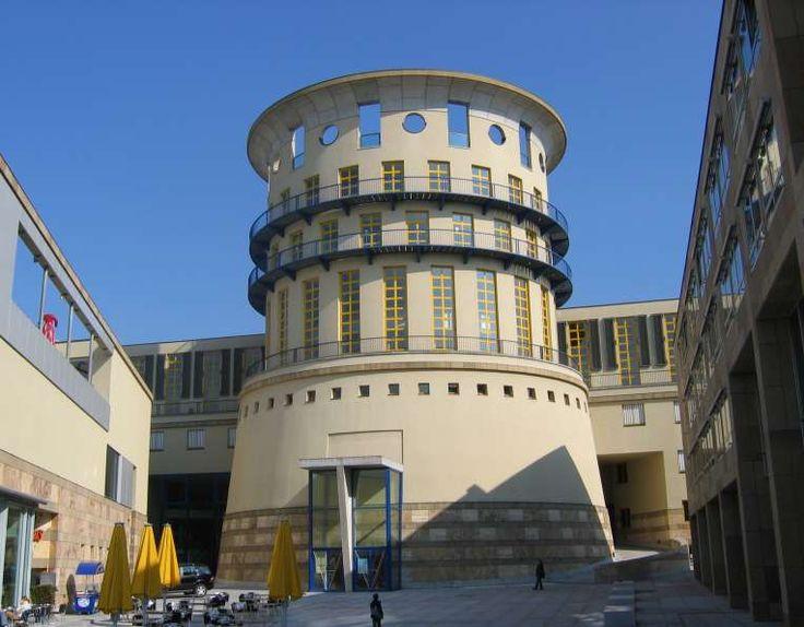 Stuttgart HochschuleFuerMusikUndDarstellendeKunst - James Stirling (architecte) — Wikipédia