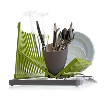 HIGH & DRY-L  scolapiatti e bicchieri by Black+Blum     Scolapiatti e bicchieri ispirato dall'architettura e pensato come una scultura. Può scolare o meno l'acqua secondo le vostre esigenze e in base a dove viene collocato.    Prodotto in polipropilene approvato per il contatto alimentare e acciaio inox, è ideale per mantenere igiene e pulizia in cucina. Porta forchette e coltelli removibile.  Promozione speciale: €49,00  $61.82