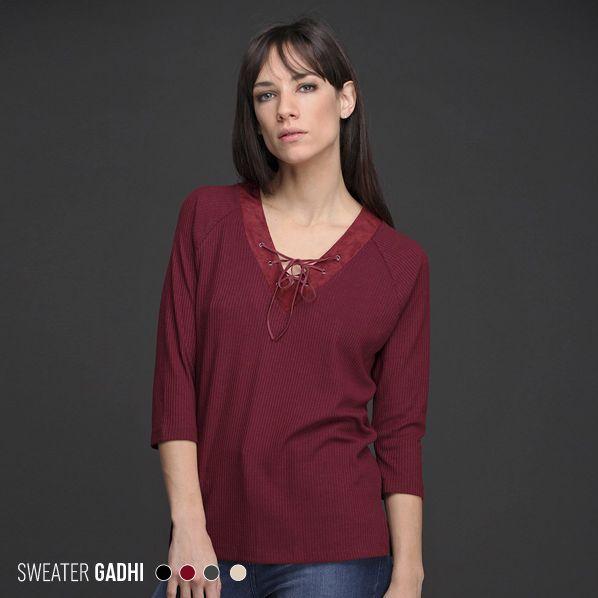 El Sweater Gadhi tiene un exclusivo diseño de escote en V de gamuza con detalle de ojalillos y tiento cruzado. Una forma sencilla de sumar #tendencia a tu look.