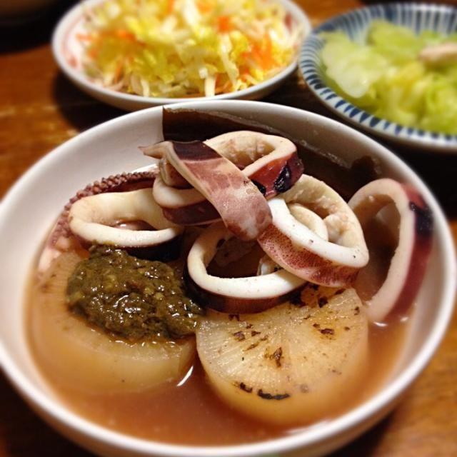寒いとおでんですよ。 - 18件のもぐもぐ - 焼き大根のイカおでん、白菜のコールスロー、キャベツ炒め by raku0dar