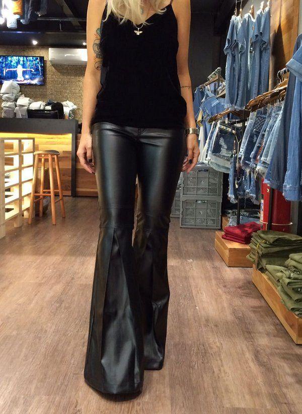 271aad9d8 Calça em couro sintético cintura alta com barra flare e fenda. Modelagem  padrão, perfeitamente ajustável. Composição: 100% Poliester.