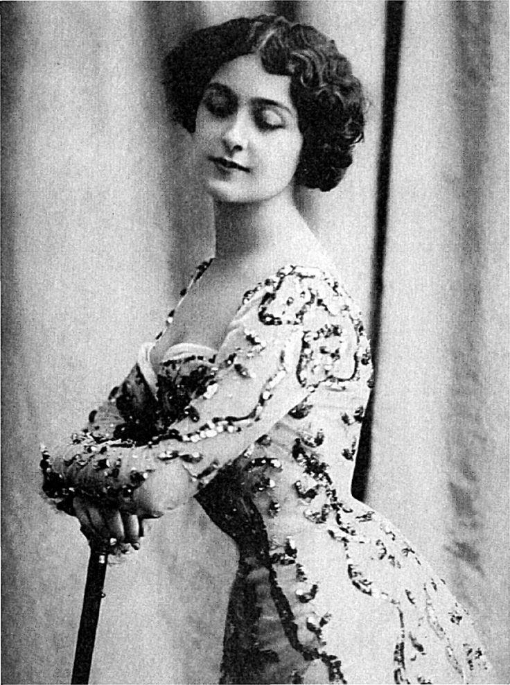 """LinaCavalieri рождения 1874 был итальянский оперный сопрано и diseuse известна своей грацией и красотой.  она была частью Tightlacing традиции, что видел женщины используют корсеты для создания """"песочных часов"""" фигуру"""